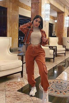 Yes, cargo pants are back in fashion, so I am happy to share with you ideas how to wear them on the streets. See my favorite looks with cargo pants. Jogger Outfit, Cargo Pants Outfit, Cargo Pants Women, Cargo Jacket, Streetwear Mode, Streetwear Fashion, Fashion Joggers, Stylish Outfits, Fall Outfits