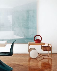 Alvar Aalto tea trolley / Apartment of Artek CEO Mirkku Kullberg, featured on Italian Elle Decor cover. Contemporary Interior Design, Home Interior Design, Interior Styling, Interior Architecture, Interior Decorating, Decorating Tips, Alvar Aalto, Elle Decor, Panton Chair
