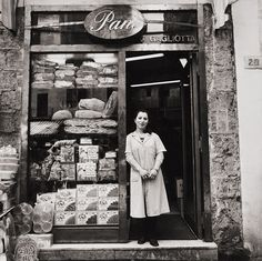 Pane, Pignasecca, Napoli - photo by Christina Piza, 1999 Vintage Pictures, Old Pictures, Old Photos, Vintage Bakery, Vintage Shops, Italian People, Bread Shop, Italy Food, Vintage Italy