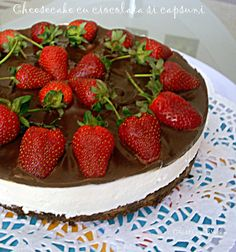 Azi va ispitesc cu un cheesecake absolut delicios, o combinatie de crema fina de branza, ciocolata alba, ciocolata neagra si capsu. Cheesecake, Strawberry, Fruit, Food, Cheese Pies, The Fruit, Cheesecakes, Meals, Strawberries