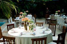 centros de mesa com flores dentro de vasinho e louças