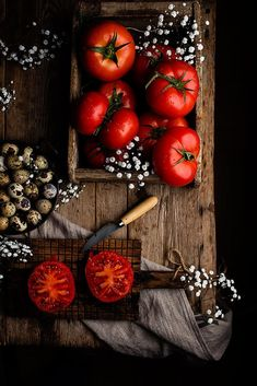 Tomatoes by Raquel Carmona - still life - food styling Fruit And Veg, Fresh Fruit, Dark Food Photography, Food Design, Food Pictures, Food Styling, Food Art, Food Inspiration, Love Food