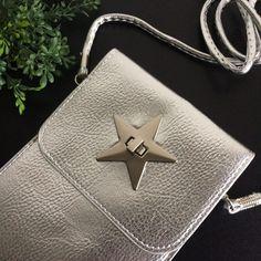 zilverkleurig schoudertasje met metalen ster-musthave April - 4leafs4joy - Party - 112,5 cm breed - 18 cm hoog - imitatieleer - beigekleurige binnenzijde