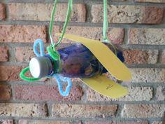 Leuk idee van de speelzaal. Wilden ze thuis namaken. Vliegtuig van een leeg flesje. We hebben er wel een muziekvliegtuig van gemaakt door hem te vullen met rijst.