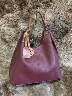 Bolsa Louis Vuitton – Carmel Mahina – Vinho – Couro Sintético Handbags, Fashion, Couture Bags, Louis Vuitton Pouch, Shoulder Purse, Wine, Backpack Purse, Backpacks, Bag