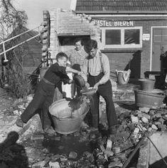 Dirk Zwart bij de ruïne van zijn café Het Rode Hert (1945) | Putten