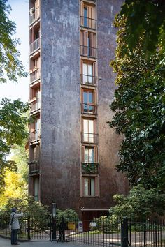 Stadthaus in Mailand, Luigi Caccia Dominioni Education Architecture, Facade Architecture, Contemporary Architecture, Classical Architecture, Building Exterior, Brick And Stone, Stone Houses, Built Environment, Architectural Sketches