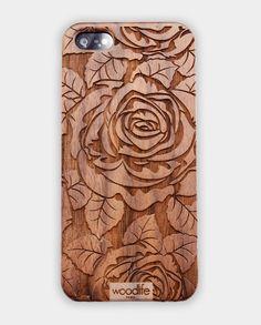 coques iphone bois woodlife gravées avec le logo rose, plusieurs essences comme le cerisier, le bambou, le noyer et le bois de rose