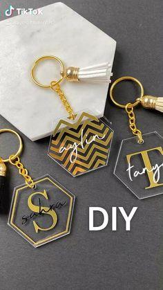 Keychain Design, Diy Keychain, Keychain Ideas, Diy Resin Art, Diy Resin Crafts, Cricut Craft Room, Cricut Vinyl, Cricut Explore Projects, Vinyl Craft Projects