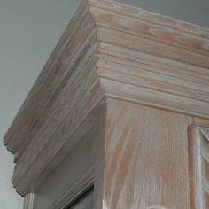Dettaglio cristalliera in legno massello di frassino sbiancato