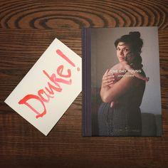 Das Buch One Day Young von Jenny Lewis ist ein Fotoband, der Mütter mit ihren Neugeborenen am Tag nach der Geburt zeigt. Ich war vor ein paar Monaten schon im