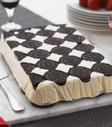 white chocolate oreo ice cream slice - this delicious white chocolate ice cream slice looks spectacular and is perfect for a mid week celebration! Oreo Ice Cream, Ice Cream Desserts, Frozen Desserts, Ice Cream Recipes, Just Desserts, Delicious Desserts, Dessert Recipes, Cream Cake, Frozen Treats