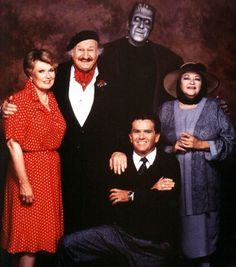 What a sad image, The original Munster's cast without the Original Herman Munster, Fred Gwynne This was taken in 3 years after his death Munsters Tv Show, The Munsters, Classic Monster Movies, Classic Monsters, Relic Hunter, Frankenstein Art, Yvonne De Carlo, Witchy Outfit, Tv Girls
