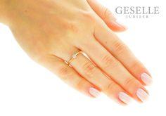 Uroczy pierścionek zaręczynowy z żółtego złota pr. 585, z brylantem 0,10 karata : klasyczna forma i ponadczasowa elegancja od GESELLE Jubiler- GRAWER W PREZENCIE | PIERŚCIONKI ZARĘCZYNOWE \ Brylant \ Żółte złoto od GESELLE Jubiler
