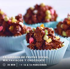 INSTRUCCIONES: 1. Derrite 1 taza de BARRAS DE REPOSTERÍA HERSHEY'S® CHOCOLATE SEMIAMARGO. Cubre 4 tazas de hojuelas de maíz con el chocolate. 2. Agrega ⅔ de taza de HERSHEY´S® COOKIES ´N' CREME® CHISPAS, ¼ de taza de piña cristalizada en trozos, ¼ de taza de manzana deshidratada picada, ¼ de taza de mango deshidratado picado y ½ taza de malvaviscos miniatura picados. 3. Forma bolitas y colócalas sobre una charola con papel encerado. Refrigéralas hasta que endurezcan, sírvelas en capacillos.
