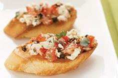 Bruschetta aux tomates, au feta et au basilic - Amuse-gueule faciles à faire, savoureux et parfaits pour recevoir un grand groupe ! #recettes