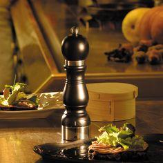 CHÂTEAUNEUF - Holzkorpus mit Edelstahl-Ring für diese klassische Reihe, die in mattschwarz oder im Farbton Kirschbaum erhältlich ist. Mühlen mit der u' Select Technologie zur Einstellung des Mahlgrades.