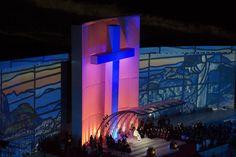 El Papa Francisco sentado bajo la cruz azul en el escenario armado en Copacabana, presidiendo el Vía Crucis en Río de Janeiro. (AP)