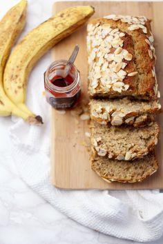 Ein einfaches Rezept für ein fluffiges veganes Bananenbrot das schnell gemacht ist und besonders gut mit Marmelade schmeckt.