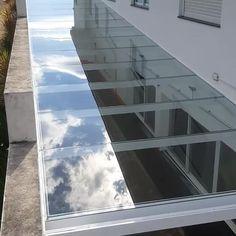 Patio Enclosures, Pergola With Roof, Outdoor Kitchen Design, Mirror Art, Glass Roof, Roof Design, Pergola Designs, Home Decor Furniture, Skylight
