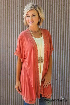 September Sunset Cardigan is on trend for fall. This over-sized kimono cardigan features a mineral washed, super soft knit fabric giving this cardigan a soft, distressed appearance. 60 Fashion, Fashion Beauty, Medium Hair Styles, Curly Hair Styles, Hairstyles Over 50, Teen Hairstyles, Layered Hairstyles, Cute Haircuts, Cooler Look