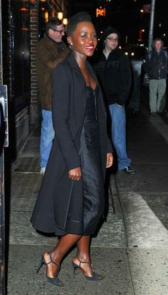 Lupita Nyong'o deu uma aula de estilo ao usar - de forma elegante - look preto e de couro