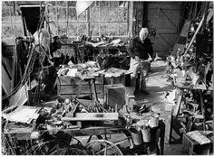 Alexander Calder (1898 - 1976) en su estudio / at work. Discover a selection of his available artworks for sale at www.modum-art.com