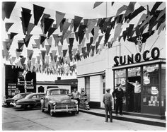Station-service Sunoco, Trenton, New Jersey, 1954 & g& 19 x cm Commerce Graphics Ltd. & Berenice Abbott / Commerce Graphics Ltd, Inc. Berenice Abbott, New Jersey, Jersey Girl, Pompe A Essence, Old Gas Pumps, Old Gas Stations, Old Signs, City Architecture, E Commerce