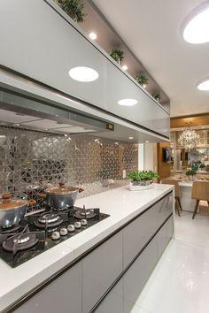 Apartamento golden: cozinhas por designer de interiores e paisagista iara kílaris, Galley Kitchen Design, Luxury Kitchen Design, Kitchen Room Design, Contemporary Kitchen Design, Best Kitchen Designs, Kitchen Cabinet Design, Home Decor Kitchen, Interior Design Kitchen, Kitchen Ideas