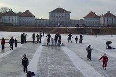 Ob Eisstockschießen, Eislaufen oder Eishockey - der gefrorene Nymphenburger Kanal eignet sich bestens zur lustigen Rutschpartie.
