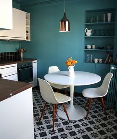 You have got a small kitchen, we've got ideas to make it better - including tips, pictures, and storage solutions. Look out design inspiration from these awesome small kitchen design ideas. Teal Kitchen, Kitchen Wall Colors, Turquoise Kitchen, Condo Kitchen, Kitchen Nook, Kitchen Island, Home Decor Styles, Cheap Home Decor, Sweet Home