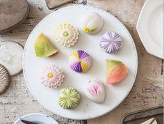 日本のみならず、海外でも注目を集める和菓子。そこで、海外でも幅広く活躍する創作和菓子作家の御園井裕芙子さんに秋の和菓子を作っていただきました。