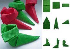 pliage de serviette pour Noël en forme de bottes d'elfe en vert et bordeaux