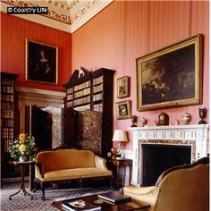 Nieuwe foto van salon met boeken en schilderijen in Ragley Hall, Alcester