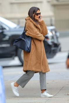 Incredibile Katie Holmes's Winter Must-Have? A Good Faux Fur Grande Incredibile Katie Holmes Bea. Max Mara Teddy Coat, Max Mara Coat, Teddy Bear Coat, Katie Holmes, Heidi Klum, Vogue, Celine, Pijamas Women, Winter Must Haves
