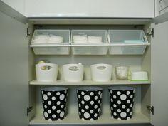 リビングルームの収納です。ティッシュ、ワイプ、おむつ、綿棒など近くにあると便利なもの収納しています。突っ張り棒を2本使って、プラスチックの籠を斜めに置いているので、ぱっと見やすく、出し入れが簡単です。