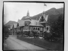Odda. Hotel Hardanger II sett fra kirken. Påskrift negativ: 276 påskrift konvolutt: B-276  Foto: Marthinius Skøien - National Library of Norway