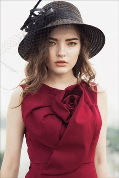 Big flower design on the chest,like it🌸🌸🌸👒 . Couture Details, Fashion Details, Fashion Design, Fashion 101, Womens Fashion, Casual Chique, Stylish Blouse Design, Western Dresses, Dress Sewing Patterns