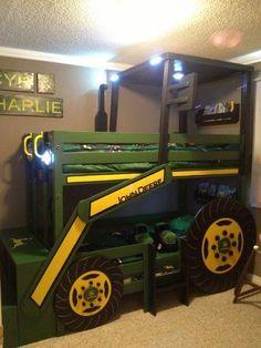 Stapelbed voor kinderen in het model van een John Deere tractor.