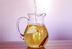 Apple-Cinnamon detox water is one of the best drinks to boost your metabolism in a natural way. Diet Drinks, Fun Drinks, Healthy Drinks, Beverages, Summer Drinks, Apple Cinnamon Water, Cinnamon Apples, Fast Weight Loss Diet, Weight Loss Drinks