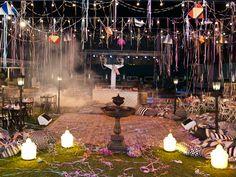 Festa Lapinha com pista de dança no centro e rodeada das tradicionais mesinhas dos bares