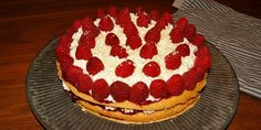 Virkelig nem og lækker hindbærlagkage med knasende stykker af hvid chokolade samt en fløjlsblød creme med vanilje.