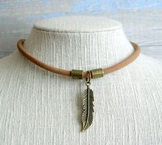 Collar gargantilla boho chic surfera con cordon grueso de cuero marrón con colgante pluma cola de ballena bronce ajustable de RoxBohoDesigns en Etsy