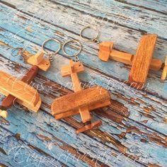 Souvenir Gantungan Kunci Pesawat, terbuat dari bahan kayu , berfungsi sebagai gantungan kunci bentuk miniatur pesawat  Rp. 2.750  Hubungi : Zivie 0881.261.6288