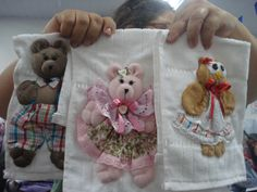 Bichinhos de fuxico, feito pela Eliete Massi. Baby Gifts, 3 D, Sewing Patterns, Applique, Patches, Towel, Teddy Bear, Baby Shower, Quilts