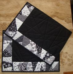 dk: Det blev regnerullestrimlerne brugt til. Patchwork Table Runner, Table Runner And Placemats, Table Runner Pattern, Quilted Table Runners, Quilted Placemat Patterns, Mug Rug Patterns, Quilted Potholders, White Placemats, Modern Placemats