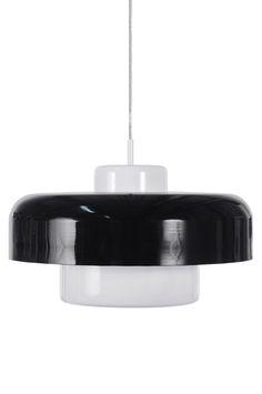 Taklampa relanseras 1973-2013 (40 år!). Tillverkad i lackerad metallskärm och över- / underdel i lackerad metall. Hålbild i överkant på skärmen och nederskärm med stor öppning. Transparent kabel. Diameter 45 cm. Höjd 30 cm. Lamphållare E27. Max 60W. Design: Patrick Hall.