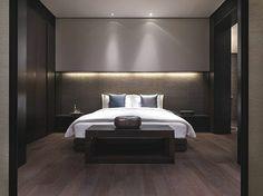 éclairage indirect dans la chambre à coucher avec sol en parquet marron foncé