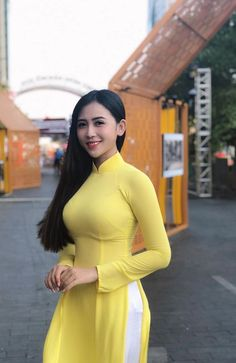 Best 11 Áo dài ~ Việt Nam Sobber and simple beautiful secrets of Style's – SkillOfKing. Japonesas Hot, Femmes Les Plus Sexy, Vietnamese Dress, Looks Plus Size, Cute Asian Girls, Beautiful Asian Women, Ao Dai, Looks Style, Hottest Models