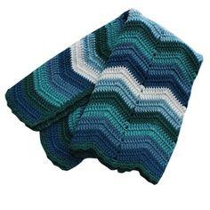 Hæklet tæppe i blå og grøn som en flot barselsgave